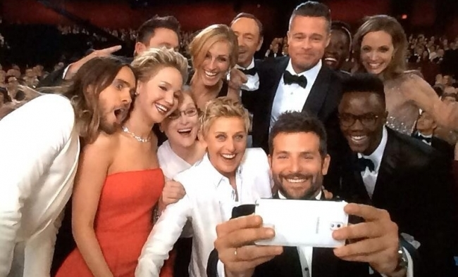Эпический Selfie Эллен и звезд Голливуда