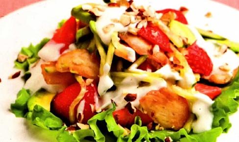 Витаминный салат с курицей и орехами