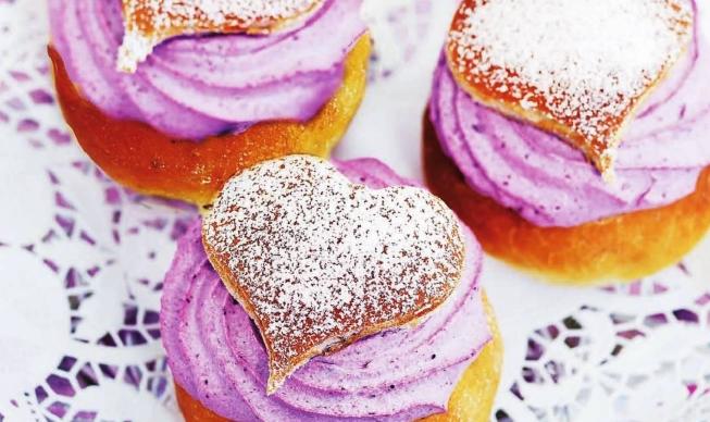 Черничные пирожные для романтичной встречи